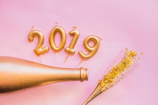 2019 inscriptie van kaarsen op roze tafel