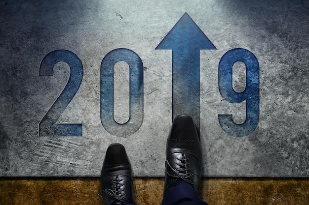 2019 jaar concept. bovenaanzicht van man met formele oxford schoenen