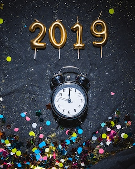 2019 kaarsen en wekker met confetti