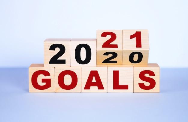 2020-2021 doelwoord op houten blokken.