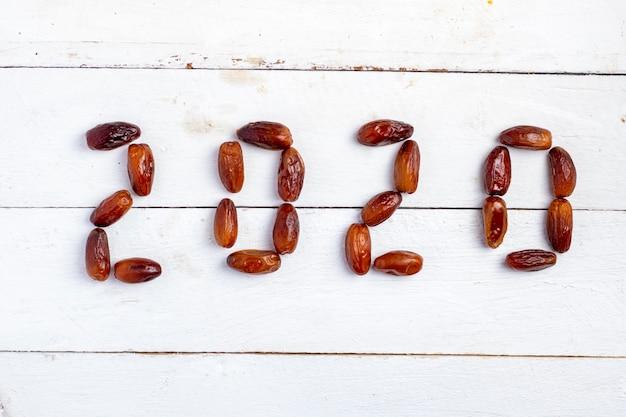 2020-concept. datum fruit minimalisme afbeelding