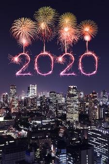 2020 gelukkig nieuwjaarvuurwerk over cityscape van tokyo bij nacht, japan