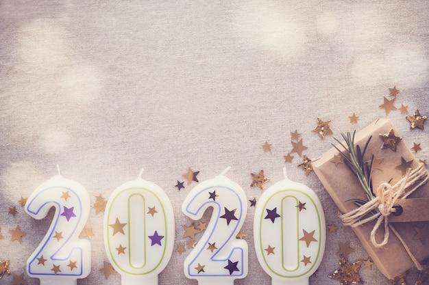 2020 kaarsen met eco huidige dozen, gelukkige nieuwjaardecoratie, fee lichte stemmende achtergrond
