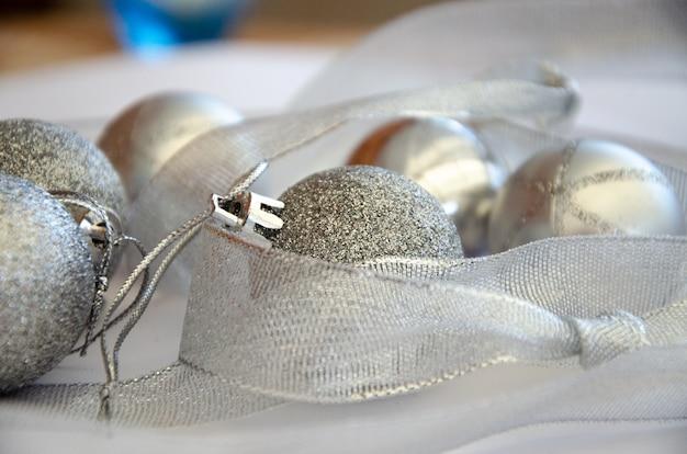 2020 kerstballen zilver op een witte achtergrond kerst frame