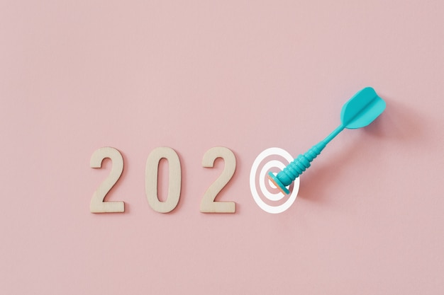 2020 met blauwe pijltjepijl die doel op roze achtergrond raakt