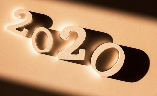 2020-nummer op bruine achtergrond.