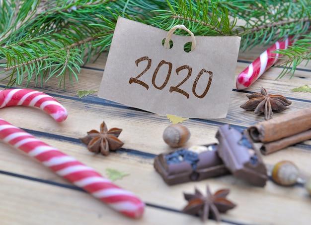 2020 schrijven op een karton op tak van spar met voedsel in chrsitmas-decoratie