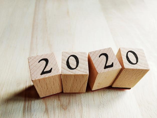 2020 tekst nieuwjaar op houten kubussen