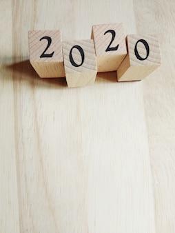 2020 tekst nieuwjaars kaartsjabloon op houten kubussen op houten