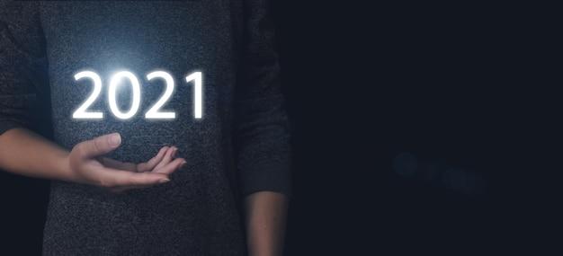 2021-concept. hand houd virtueel googram 2021 jaar vast. futuristisch concept, technologische vooruitgang.