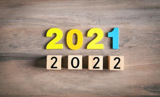 2021 en 2022 met kubus op tafel. gelukkig nieuwjaar
