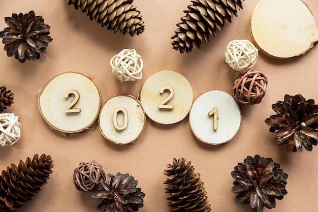 2021 feestelijke compositie van hout met dennenappels