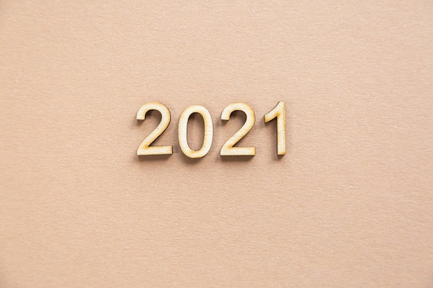 2021 feestelijke compositie van hout op een beige achtergrond