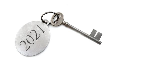 2021 gegraveerd op een ring van een oude sleutel op een witte achtergrond