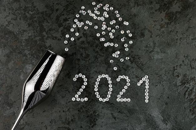 2021 gelukkig nieuwjaar achtergrond met zilveren cijfers en glitters.