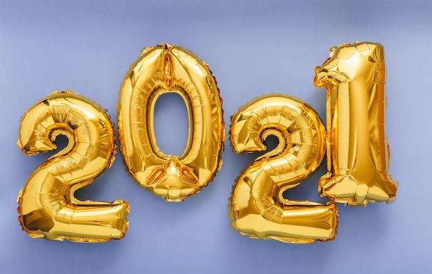 2021 gelukkig nieuwjaar gouden lucht ballonnen tekst in lijn op violette achtergrond