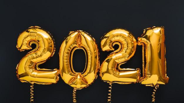 2021 gelukkig nieuwjaar gouden luchtballonnen op zwarte ondergrond
