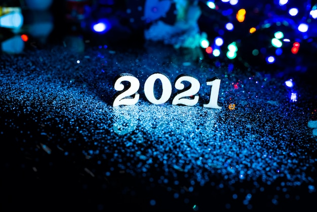2021 gelukkig nieuwjaar nummer kerstdecoratie en sneeuw met lichte achtergrond en kopie ruimte