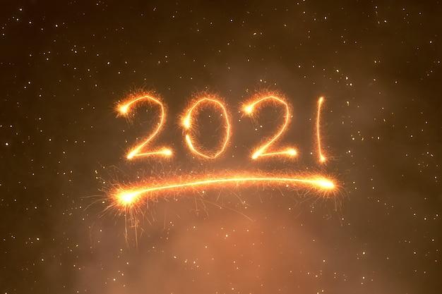 2021 geschreven schittert met een heldere achtergrond. gelukkig nieuwjaar 2021