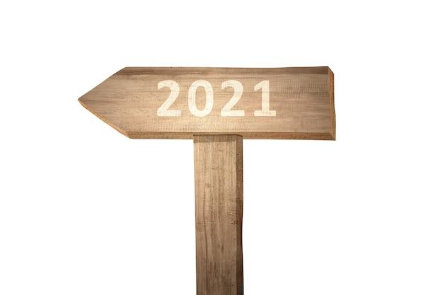 2021 in houten plankteken dat over wit wordt geïsoleerd. gelukkig nieuwjaar 2021