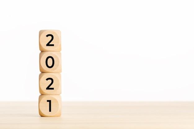 2021 jaar concept. houten blokken met tekst op tafel. kopieer ruimte