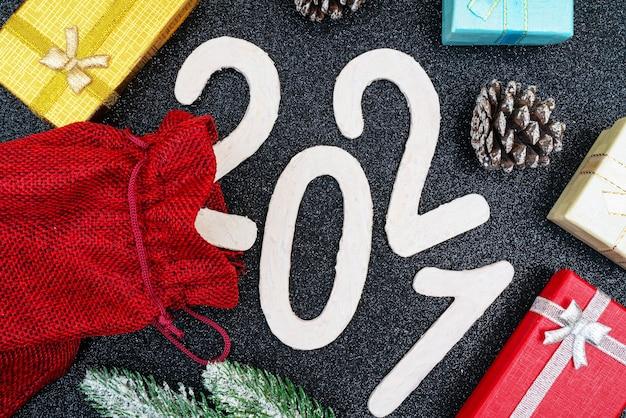 2021 jaar mooie feestelijke kerstsamenstelling van geschenken en speelgoed