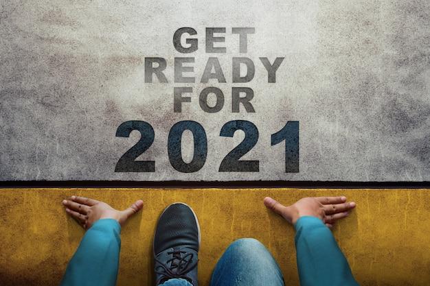 2021 jaarconcept. bovenaanzicht van een man op de startlijn