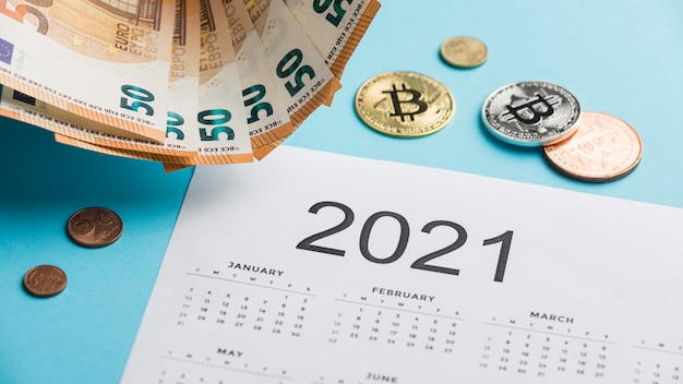 2021 kalender met bankbiljetten en munten arrangement