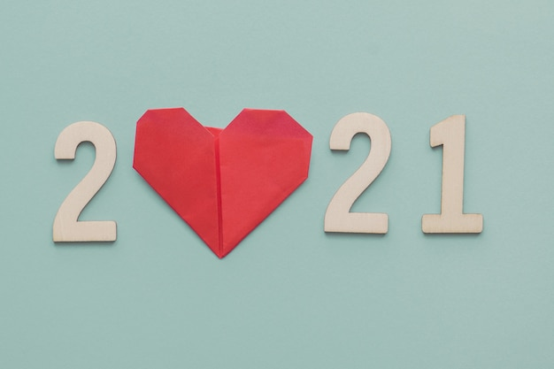 2021 met origamipapier met rood hart