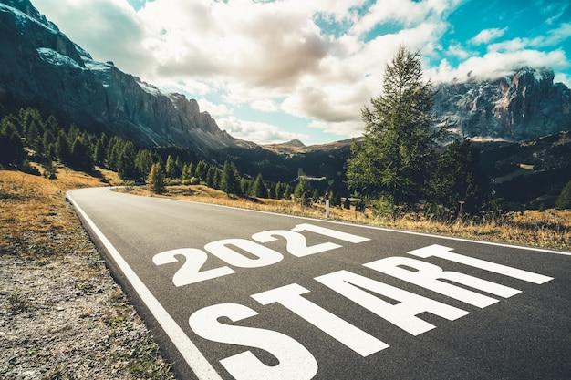 2021 new year road trip reizen en toekomstvisie concept. natuurlandschap met snelwegweg die leidt naar een gelukkig nieuwjaarsfeest in het begin van 2021 voor een frisse en succesvolle start.