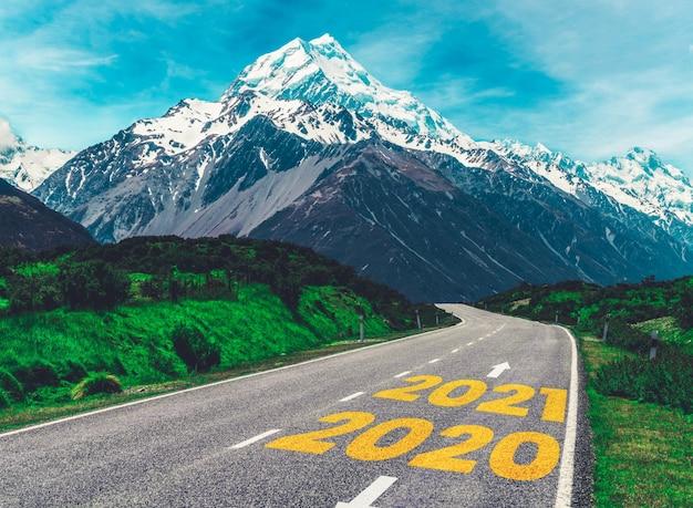2021 new year road trip reizen en toekomstvisie concept.