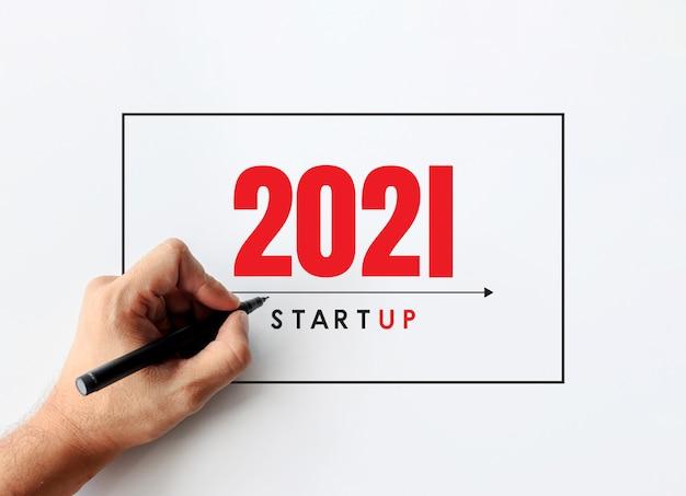 2021 nieuwjaar en bedrijfsconcept. zakenman die een businessplanachtergrond schrijft