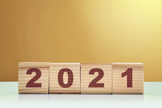 2021 op de houten kubus. gelukkig nieuwjaar 2021