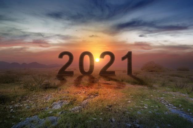 2021 op het veld met een zonsopganghemel. gelukkig nieuwjaar 2021