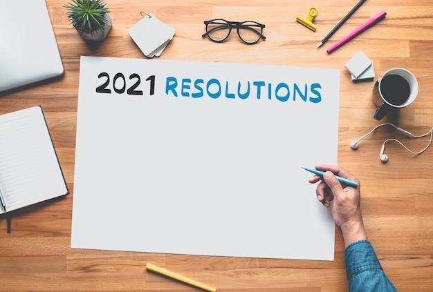 2021 resolutie met hand schrijven op witte ruimte