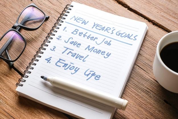 2021-resoluties, doelenplannen in het leven, zaken, close-up van een man die schrijft en zich voorbereidt op het nieuwe jaar 2021