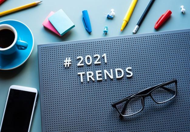 2021 trends en zakelijke visieconcepten met tekst op modern bureau. communicatieplan. geen mensen