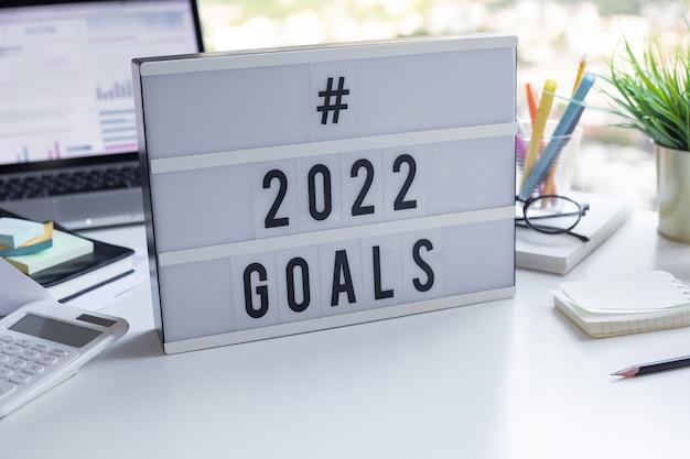 2022 doelen tekst op lichtbak op bureau tafel in kantoor. zakelijke motivatie of management.