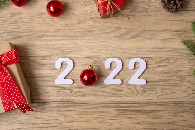 2022 gelukkig nieuwjaar met kerstversiering. nieuwe start, resolutie, doelen, plan, actie en missieconcept