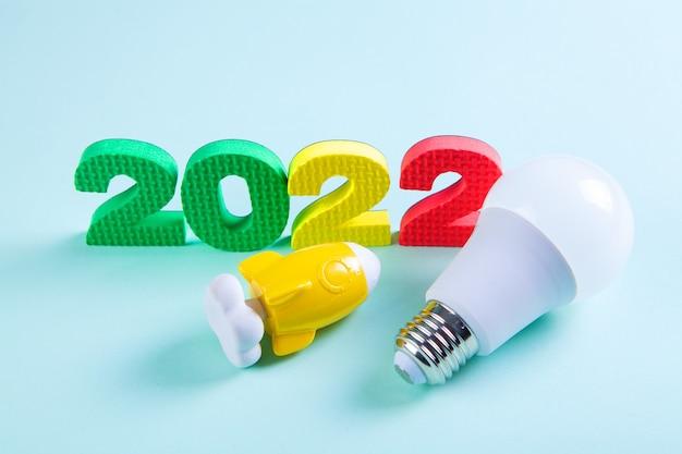2022 gloeilamp en raket. concept opstarten