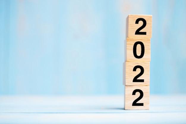 2022 houten kubusblok op tabelachtergrond. resolutie, strategie, oplossing, doel, bedrijf en nieuwjaar new you en vakantieconcepten