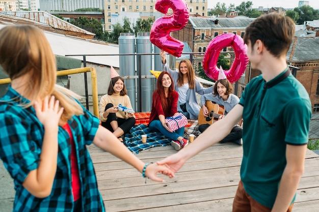 20e verjaardag verrassing. vrienden wachten op een meisje met ballonnen. viering, gefeliciteerd