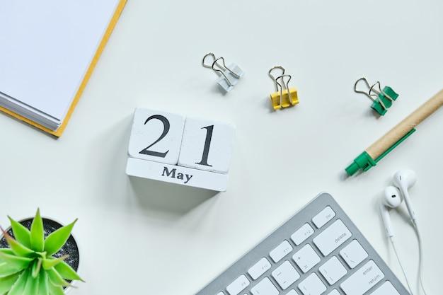 21 eenentwintigste dag mei maand kalender concept op houten blokken.