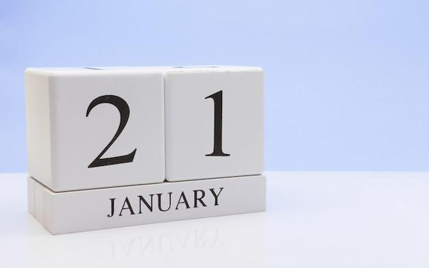 21 januari. dag 21 van de maand, dagelijkse kalender op witte tafel met reflectie