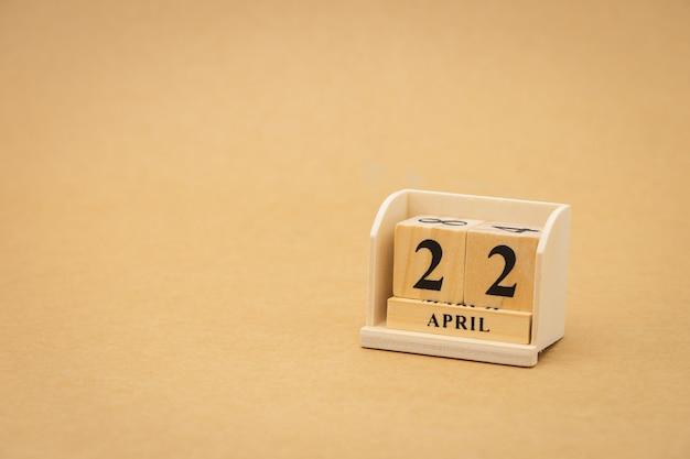 22 april: houten kalender op vintage houten abstracte achtergrond. dag van de aarde