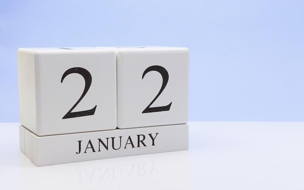 22 januari. dag 22 van de maand, dagelijkse kalender op witte tafel met reflectie
