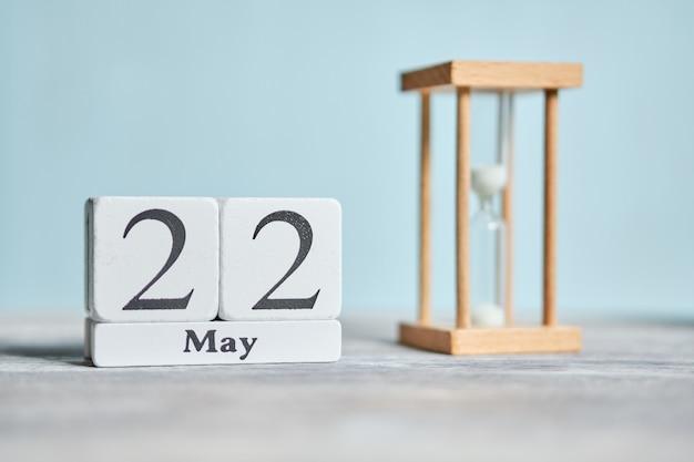 22 tweeëntwintigste dag mei maand kalender concept op houten blokken.
