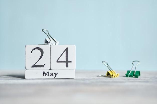 24 vierentwintigste dag mei maand kalender concept op houten blokken.