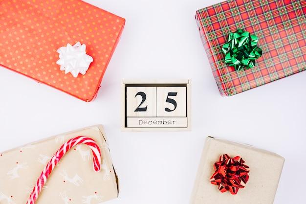 25 december inscriptie op houten blokken met geschenken