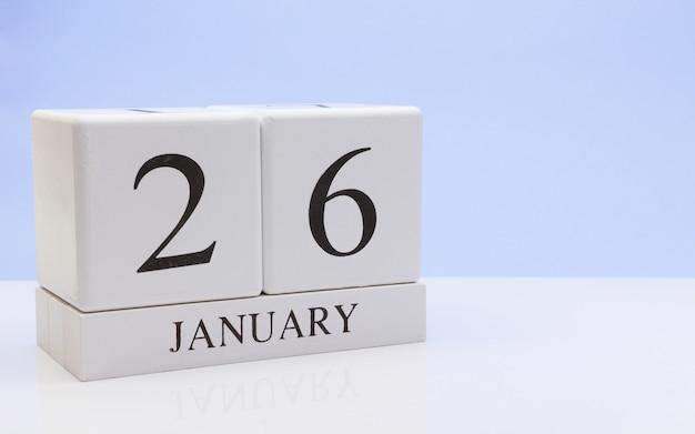 26 januari. dag 26 van de maand, dagelijkse kalender op witte tafel met reflectie